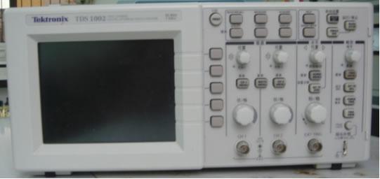 """一、概述 TDS1002数字存储示波器主要功能: 二通道输入,60MHz带宽,带20MHz可选带宽限制、每个通道都具有1.0GS/s的取样速率和2500点记录长度、上下文相关帮助信息、黑白LED显示、自动设置菜单、探头检查向导、光标带有读数、触发频率读出、11种自动测量、波形平均和峰值检测、双时基、数字快速傅立叶变换(FFT)、脉冲宽度触发能力、带可选行触发的视频触发能力、外部触发、设置和波形存储、变量持续显示、可选的""""TDS2CMA通讯扩充模块"""",可用于RS232、GPIB和Ce"""