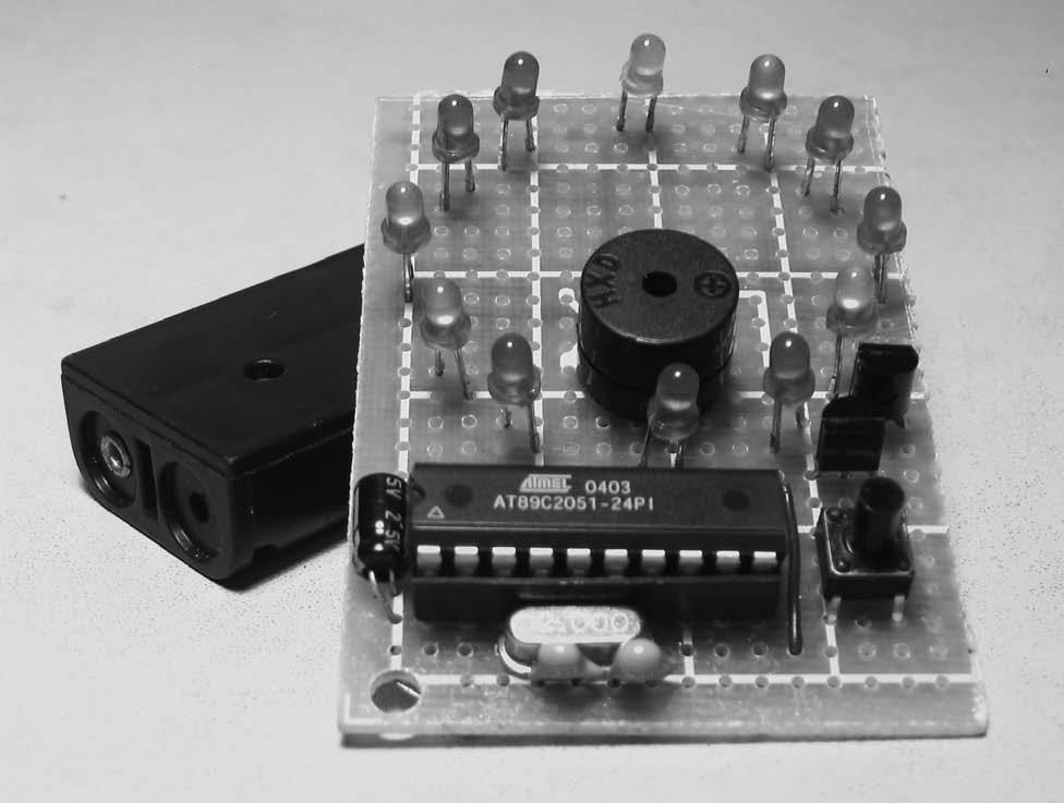 焊接正面图  焊接背面图  制作完成后的定时器  VT1为PNP的9012,当电路不工作时VT1的B极由R4得到高电平,VT1截止,AT89C2051无法从VT1的E极得到电源。当SW1按下时,VT1的B极通过VD2和SB1接地,由高电平转为低电平,VT1导通。此时AT89C2051得电,同时通过C1,R4复位。复位成功后P3.