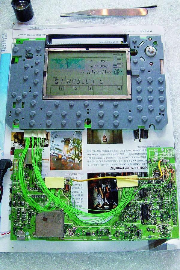 检查电路的供电情况,发现各种电压的供电间相串得一塌糊涂,AM、FM与中放稳压三种供电电源有串接情况,在反复仔细地查找之下,发现是电路板被严重腐蚀而引起的绝缘问题,经过用航空线直接跳接的处理,三处供电串接现象消失了,机器终于可以开机进行电路检查了。 在正常状态下,开机后主控板向接收板PLL芯片送出开机默认的150kHz工作数据,等PLL回送PLL锁定的一串数据信号告知主控电路,主控才显示工作频率字符并进入工作状态。该机的PLL采用的是SONY公司自己生产的CXD1118M芯片,见图2。主控送出的工作数据