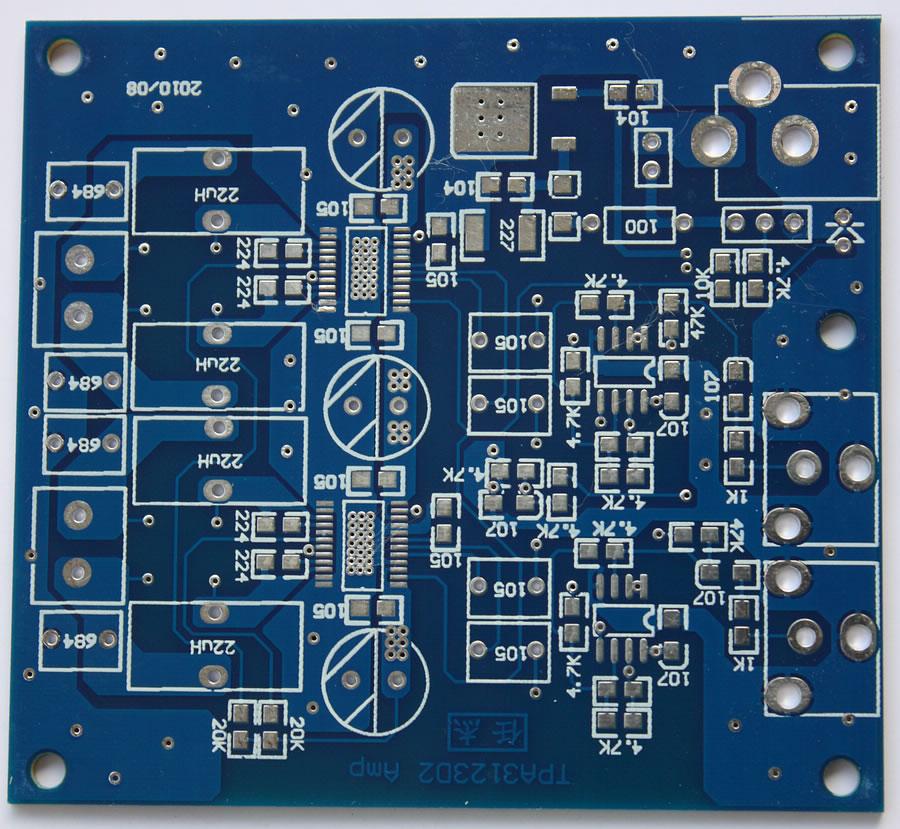 图4 PCB布线图 PCB的设计 这一环节无疑是音频类电路制作中最具技术含量的。低速数字系统的PCB设计大概只要连通了就能正常工作,而音频功率放大器的PCB上,也许仅仅由于一条走线的变化就可能引入噪声。笔者看过许多经验丰富的发烧友谈论PCB的设计问题,觉得涉及的很多方面的知识是没法用理论很清晰地表达出来的,唯有多次的实践,才能逐步掌握其中的技巧。图4给出的是笔者设计的PCB图,每一条连线都是通过反复考虑才确定下来的,完成这块PCB的布局布线,花了我整整一天的功夫。 这个电路的PCB将信号线尽